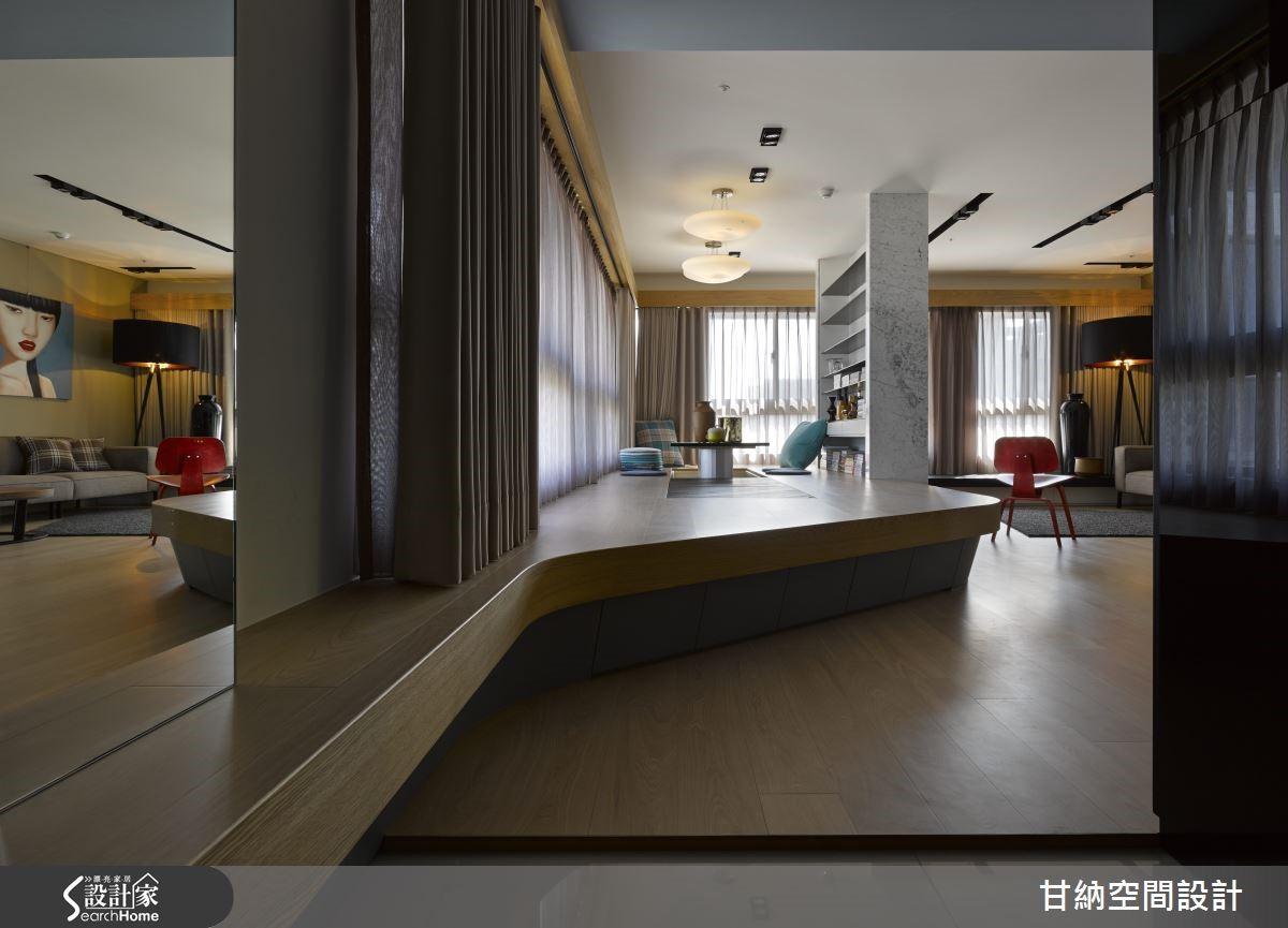 利用弧形木作由玄關延伸至和室本體,營造視覺延伸。