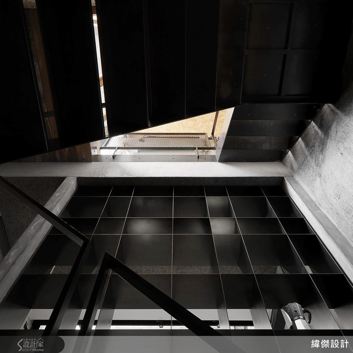 定位縱軸樓梯,打開空間束縛,定位合理的格局動線,轉化狹長建築為基地優勢,成就陽光、空氣對流順暢的清新好宅。