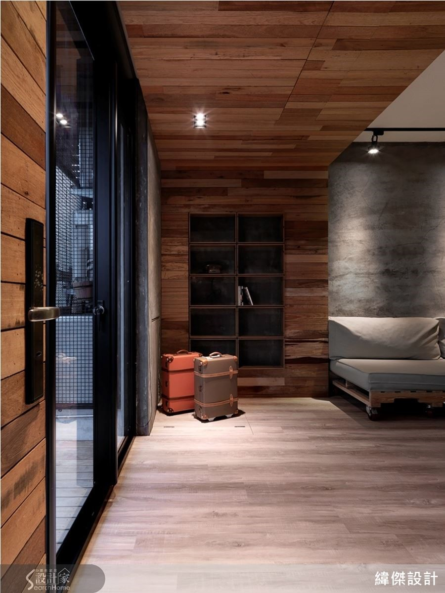 玄關一氣呵成的木層板天地壁,表現主人的自信從容。