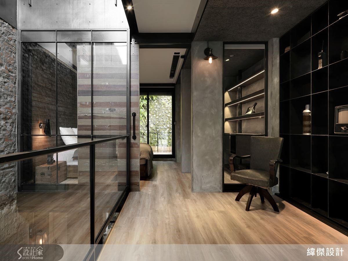 2 樓界定私領域的屏風式陳列鐵件,展示主人收藏、具隱約穿透效果更保留光的動線。