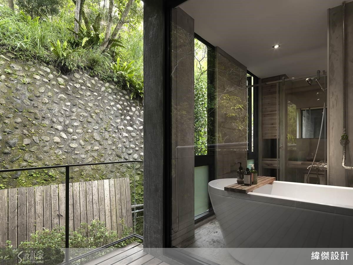 主臥床頭舊衫木板彰顯活潑個性,表現工業風獨有的精神魅力。衛浴 L 型大窗保持乾燥通風,舒適的擁覽風景、空氣、光線的流動。
