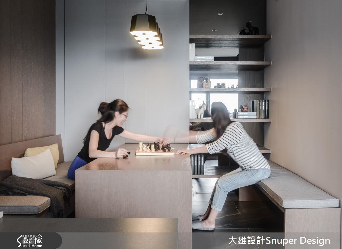 在畸零角落增設起居空間,活動桌椅增加彈性機能,可隨時因應需求移動、合併或重組,保持場域的靈活與高度機動性。