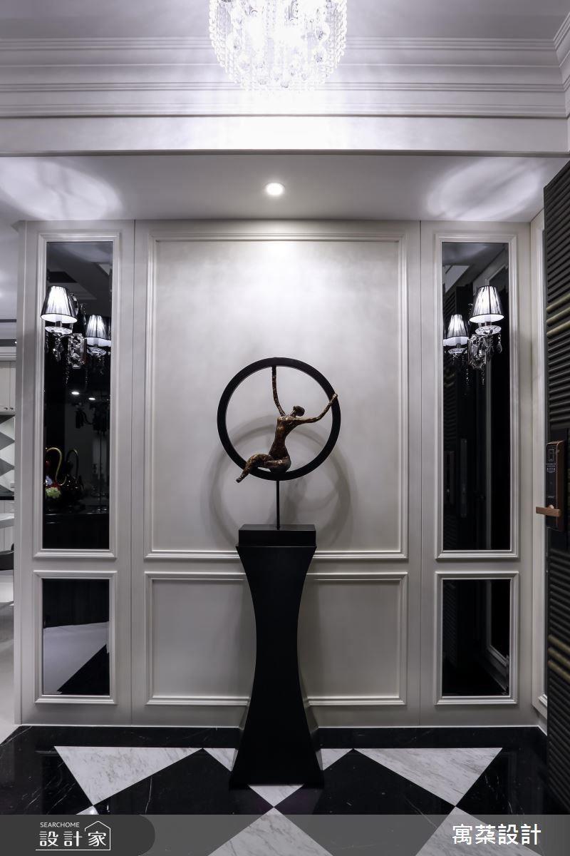 端景對稱灰鏡嵌上現代風格的黑色壁燈,營造現代華麗的視覺效果,同時在門板後也隱藏大量收納,讓空間收整乾淨釋放豪宅氣勢。