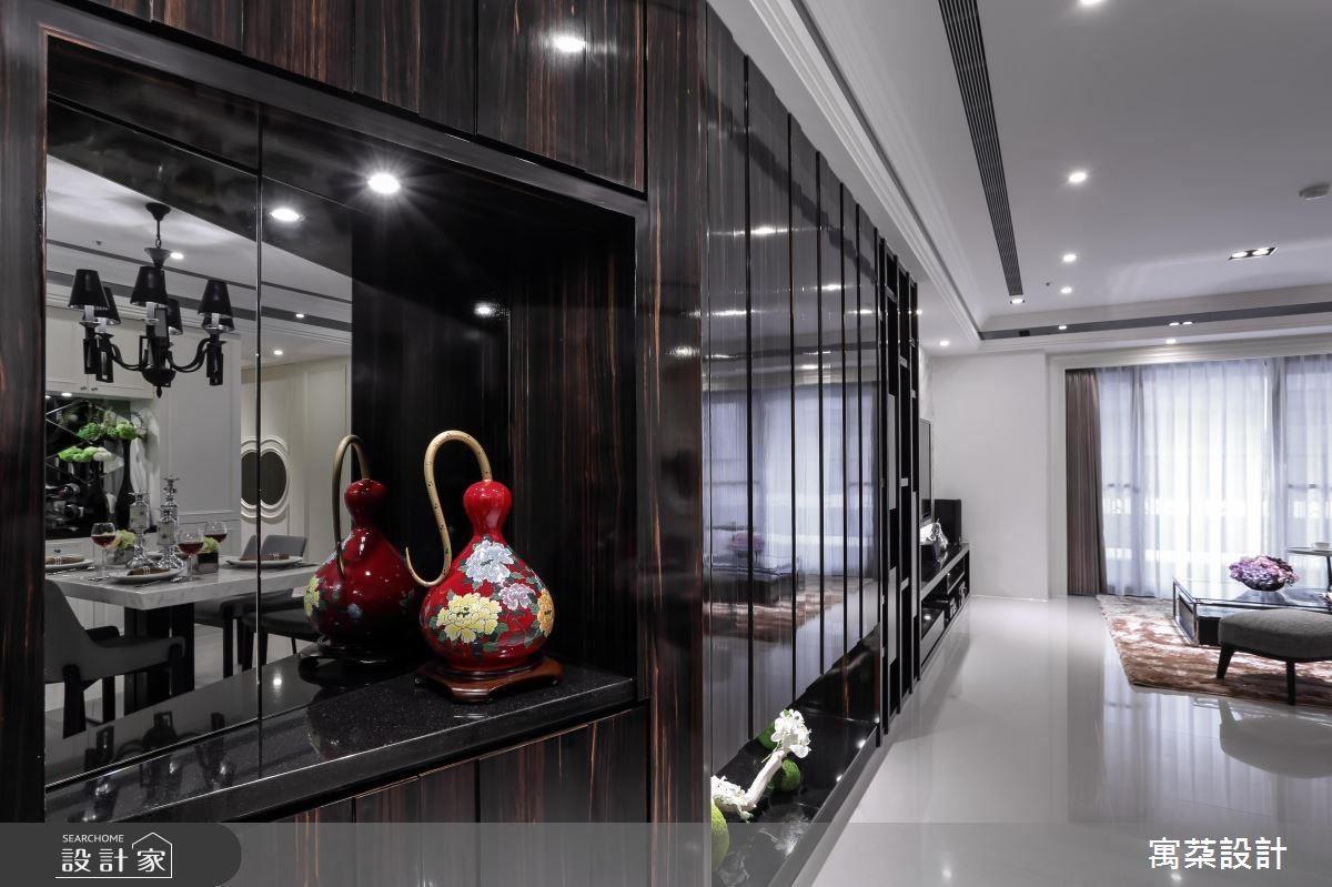 轉角鏡面小端景暗藏總開關箱,同時展示收藏,主牆整面延伸到底,底層展櫃燈光強化視覺深度,立面虛實交錯的展示櫃增加活潑感,鏡面木紋質感則表現鋼琴精緻意象。