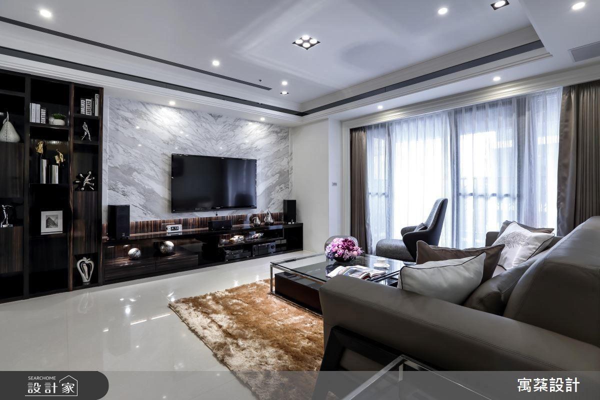 電視背牆原先是使用深色大理石,彰顯沉穩貴氣,搭配白大理石,讓空間增添優雅溫馨的氛圍。
