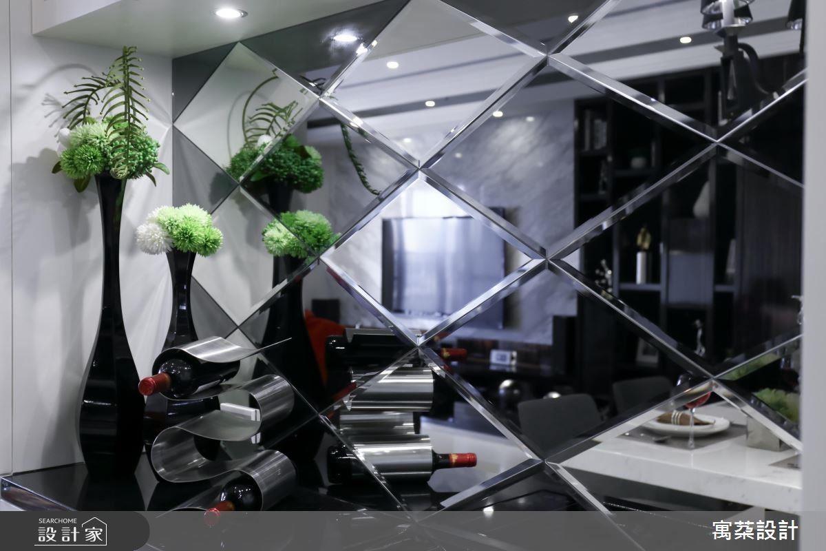 餐廳端景的白色餐櫃,滿足收納同時不顯壓迫。檯面背牆以導角菱格鏡面黑白拼貼,結合古典與現代元素,現代感的古典水晶燈是餐廳的焦點,呈現豪宅精雕質感。