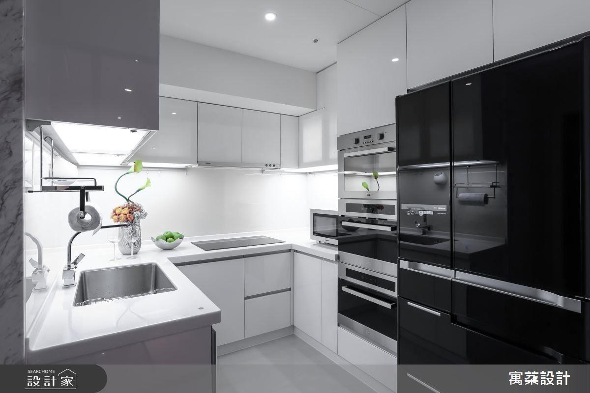 小坪數中隱藏著設備齊全工作動線俐落的使用機能,設計以簡約線條現代黑白構成完美廚房。