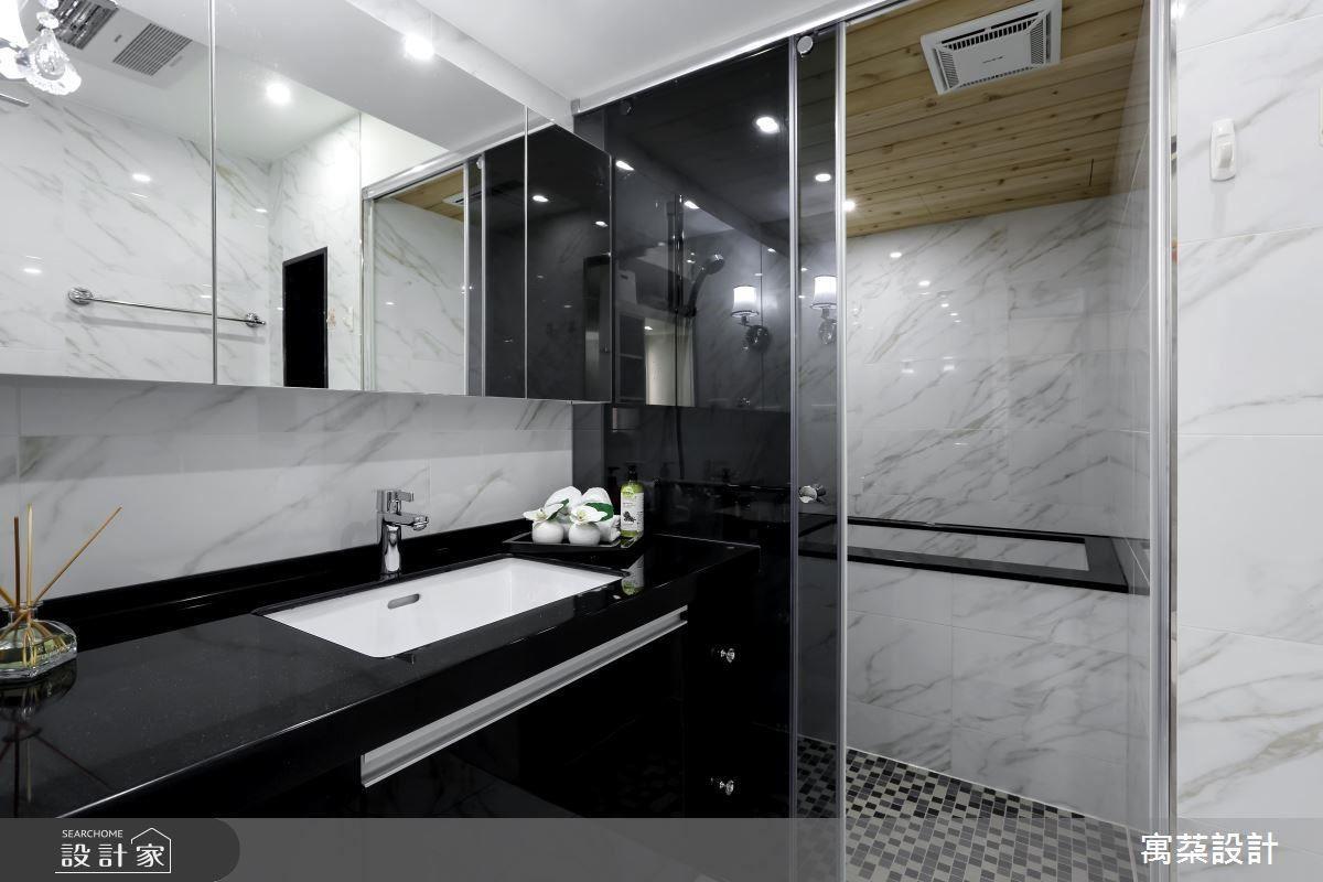 古典仿古玫瑰花牆後是更衣室與浴室。手砌湯屋浴缸,天花以檜木鋪陳,打造蒸氣室湯屋,滿足生活的享受。