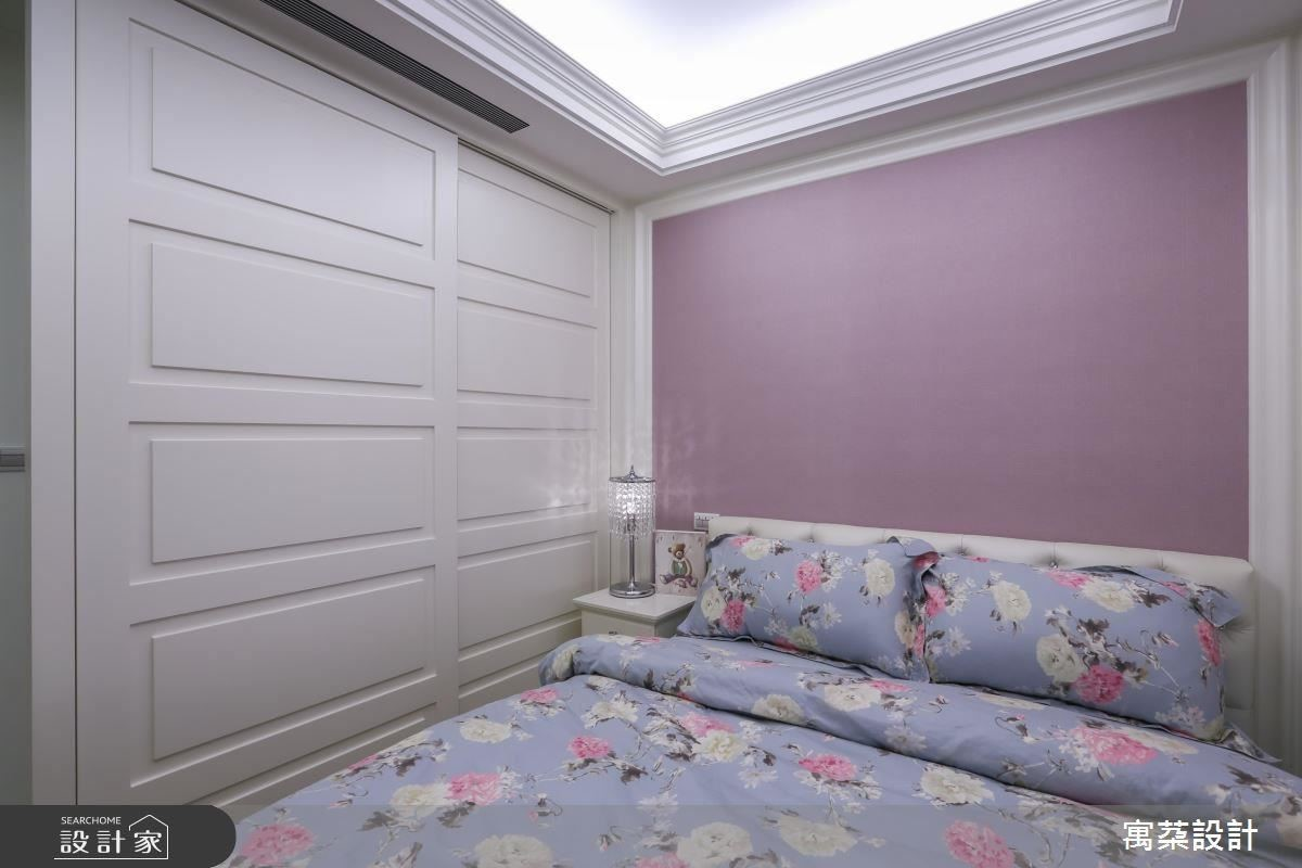 女孩房整體以淡紫色鋪陳床頭,天花細帶的灰鏡圍繞與線板層次的交疊,裝飾簡約的門板,讓空間顯得典雅溫馨。