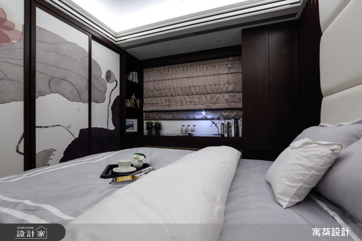 男孩房是由小男孩自己挑選的大面日式壁布拉門,佐亞麻繃布床頭,再以兩側木紋格柵設計,以古典對稱手法詮釋日式氛圍。
