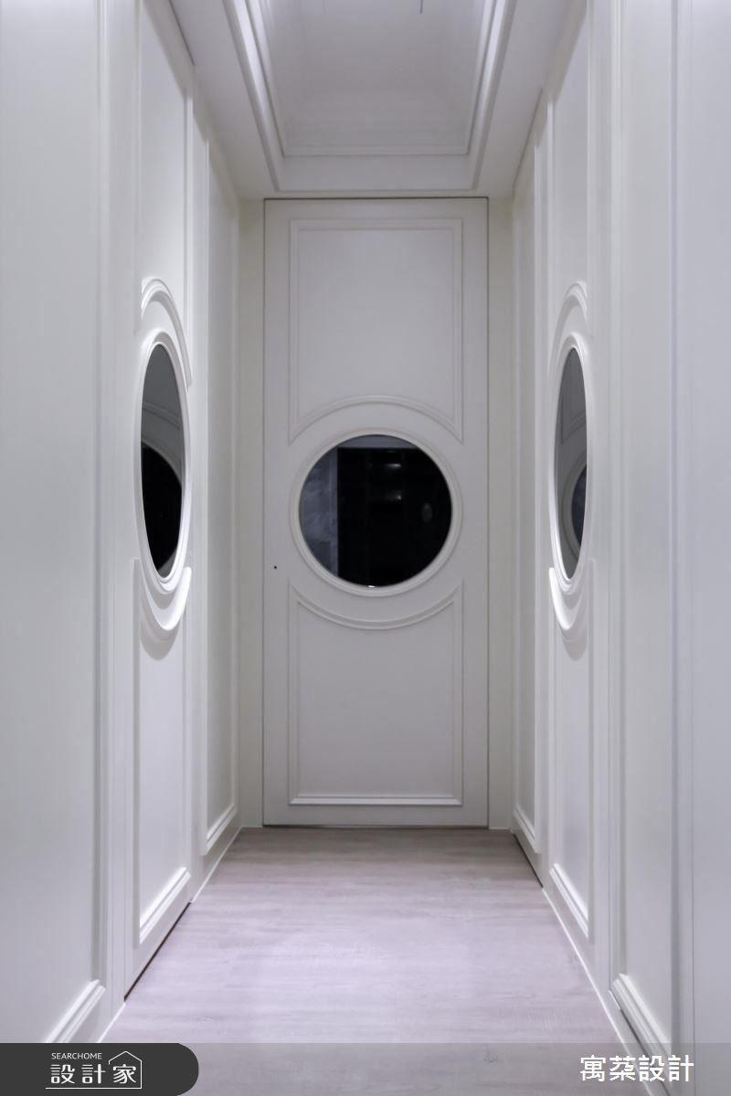 30坪空間的一個小走廊,寓䒳設計以古典的對稱鏡廊設計,精算尺寸,以圓鏡、圓弧線板構成簡約造型,成為過渡空間中最為吸引人的地方。加上整體空間以珠光奶油烤漆,因為空間小,就要苛求精緻度,詮釋百分百的精品豪宅。