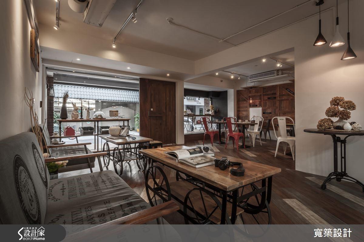開放式的空間設計,利用材質、色彩、桌椅組合區分成三大用餐空間,有架高窗檯區、沙發區及烹飪教室區,相互創造出多層次的視覺效果。