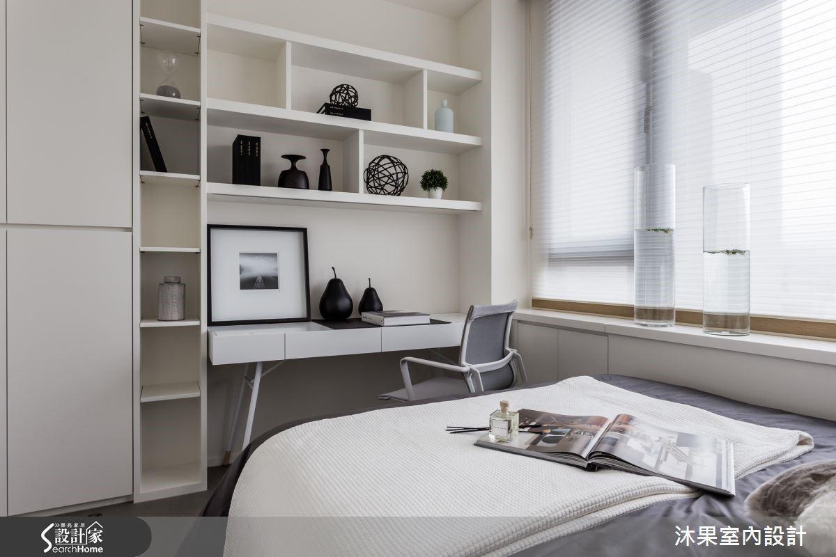 善用純白色系將主臥輕柔包覆,清新極簡的風格與窗外日光完美呼應。