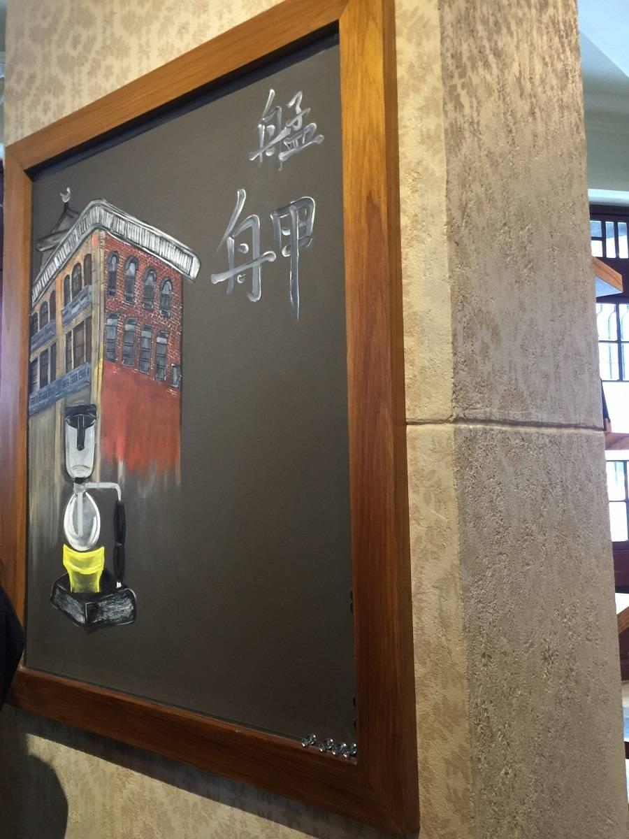 樑柱表面利用特殊的拓印方式,將咖啡元素結合林宅舊有的手繪花紋。