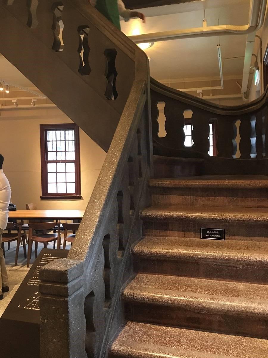一到四樓的樓梯皆為磨石子鋪面,做工相當精緻,樓層間使用的顏色皆不相同。