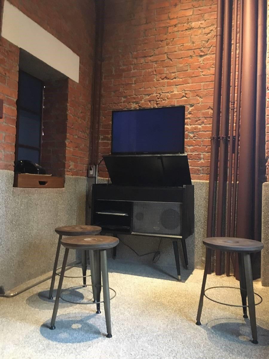 映像室保有紅磚牆和管線的復古樣貌,讓顧客感受艋舺的動人故事。