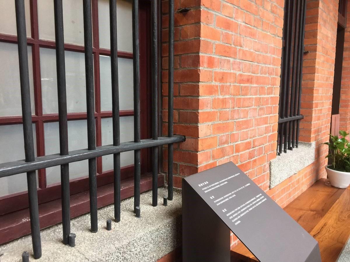 窗戶外的木製欄杆原本為鐵製,日治末期因戰爭需要鑄造武器而被徵收,才改為木材質,並留下被截斷的短鐵桿,非常有故事性呢!