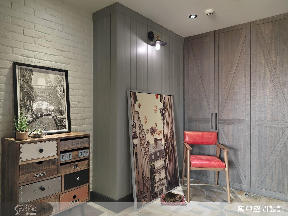 利用壁燈點亮溫馨的視覺感受,搭配進口復古磚與二手斗櫃,為落塵區創造輕工業風格。