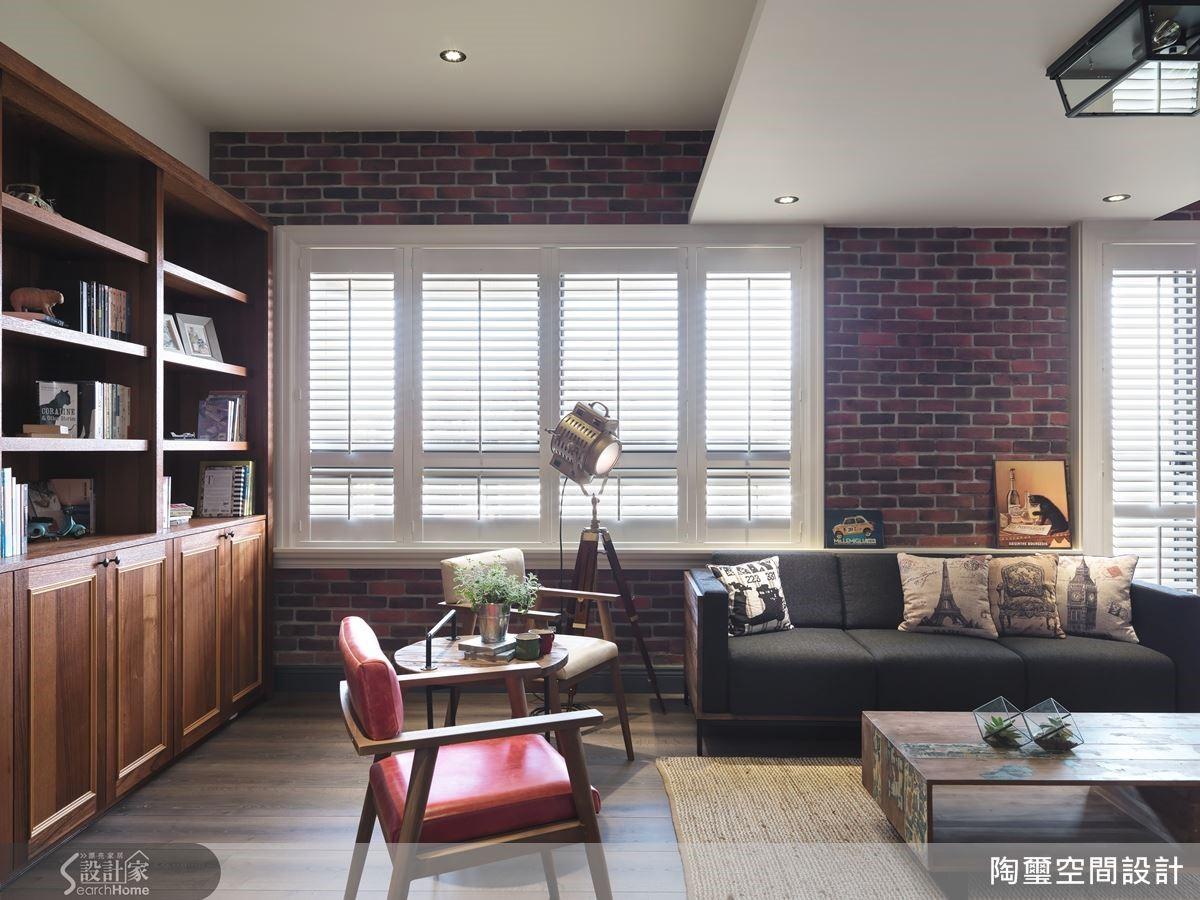 探照式落地燈、鮮紅皮椅與圖騰抱枕,皆是打造工業風格復古又時髦的關鍵。