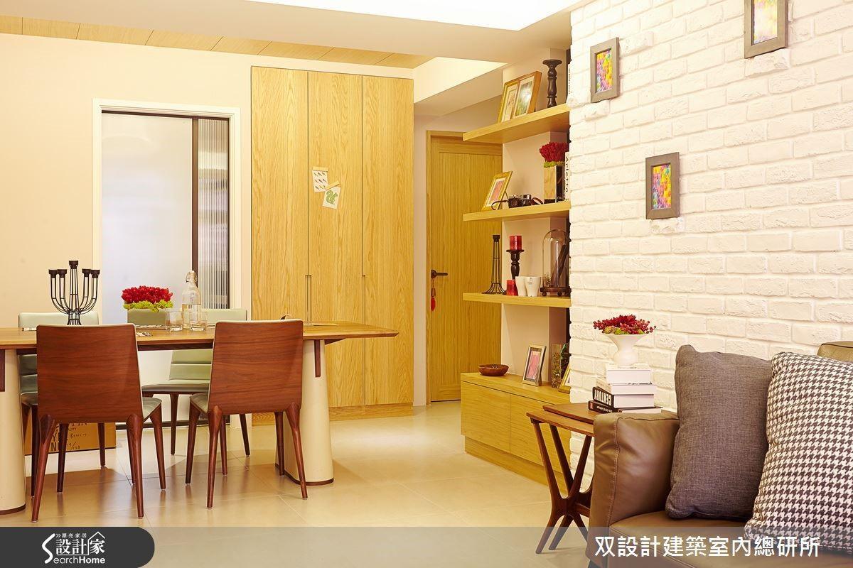 使用木質壁櫃與層板及不同色系的木製家具,搭配整面的文化石白牆營造出溫馨舒適的居家空間,木質元素也是十分中性的素材選擇,若與另一半或家人同住,木質素材的接受度往往也是最高的。