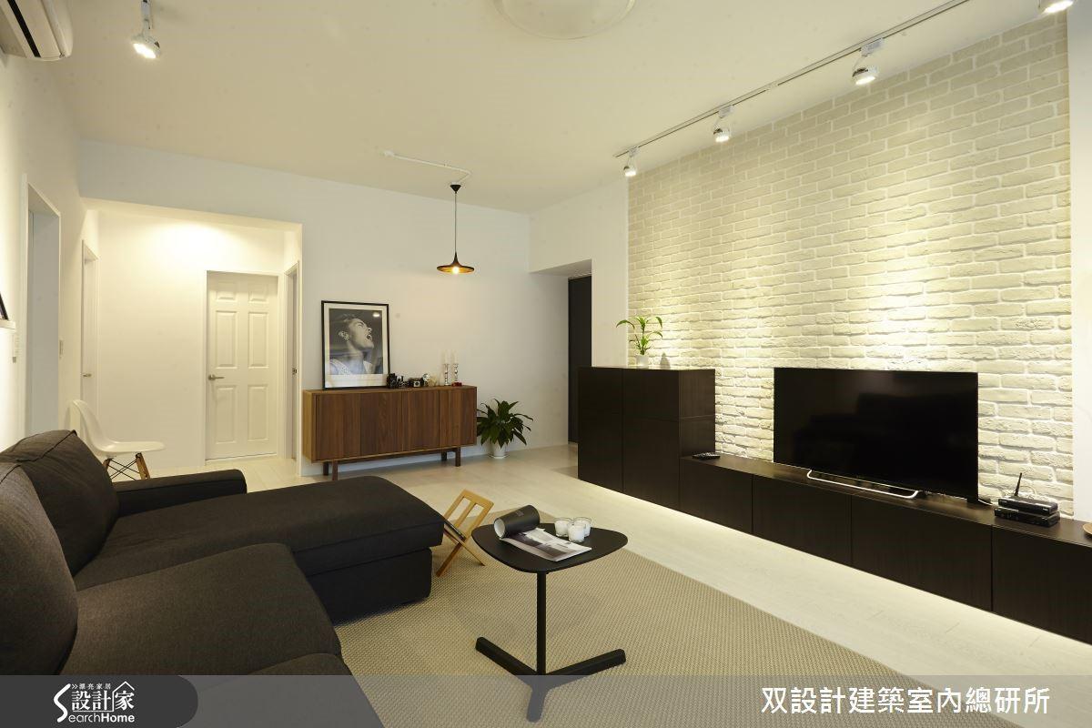 以時尚黑、簡約白作為空間的主要用色,調配自然樸實的文化石牆為客廳空間注入了一道人文光景,充分地展現出都會中的俐落感。