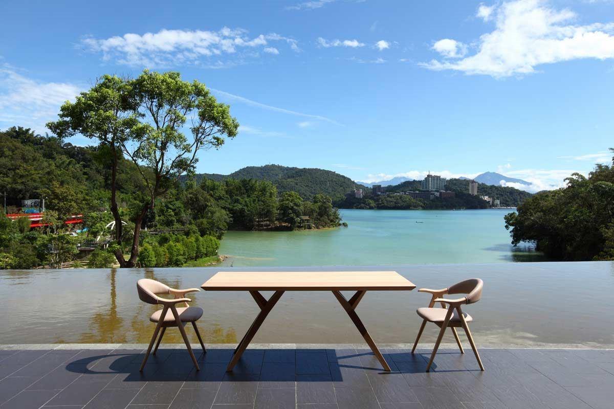 VINCE 餐桌的桌腳僅有 6 點支撐,堪稱是力學與美學的完美平衡。
