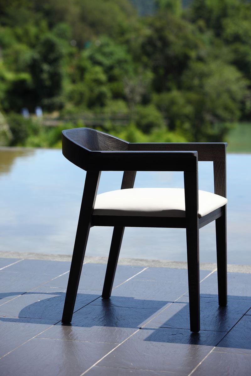 FINN 餐椅線條俐落、方中帶圓,深受歐美人士歡迎。