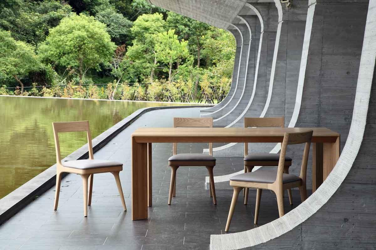 興樺「elwood」品牌傢俱,簡潔大方的 MATT 餐桌充滿木頭的厚實感,俐落的線條減輕笨重的壓力,搭配椅腳一體成型的 LEE 餐椅,四方的造型中凸顯圓弧細節的美感。