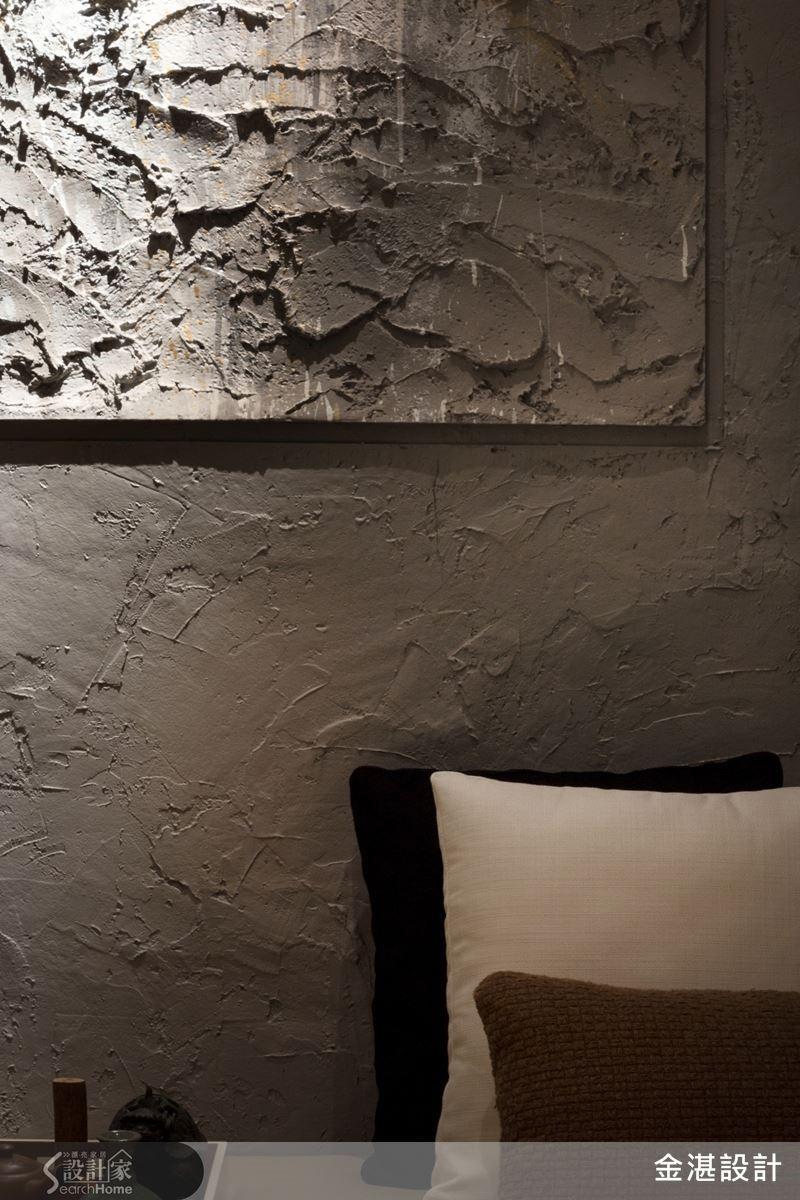 在建材選用及工法上,設計師特別強調自然手感,屋內書房臥榻背牆一隅,使用水泥及易膠泥製造手作痕跡,象徵早期泥工師傅土法鍊鋼的粗獷感,傳遞暖暖懷舊古早味。