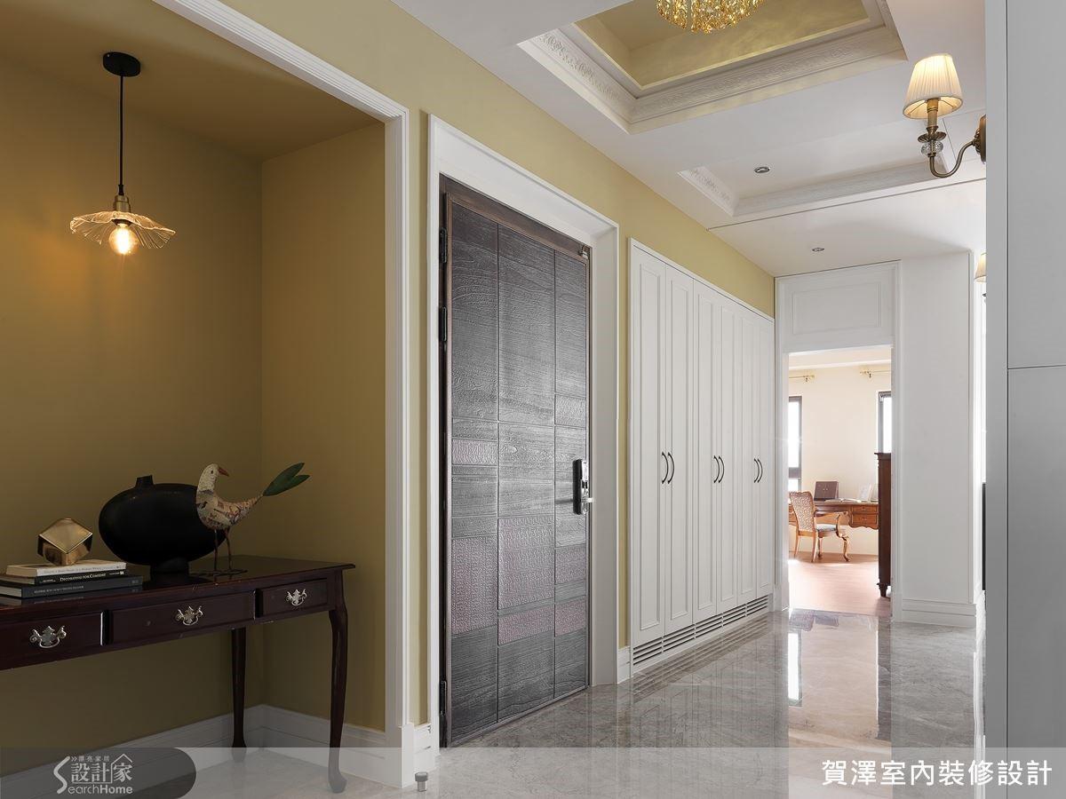 玄關配置整排櫃體與儲藏間,將主要收納機能集中於此處。