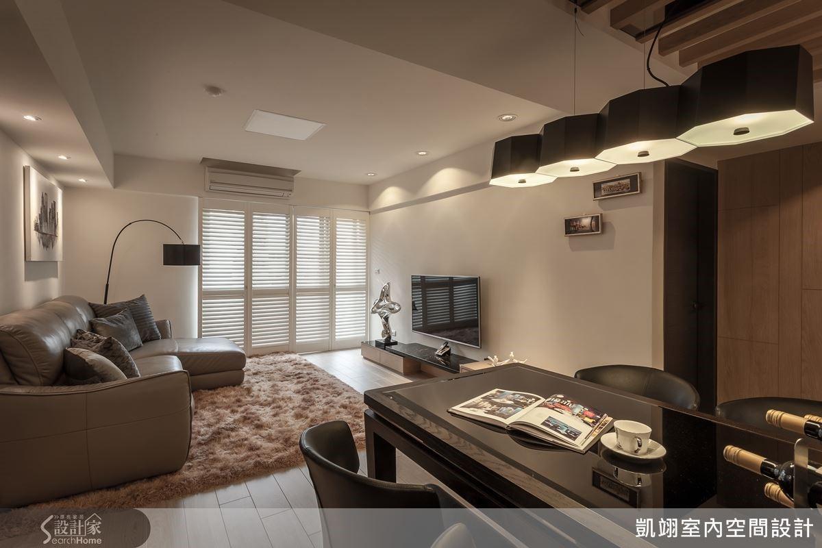 客廳空間中植入木百葉元素,既能與現代風格相融合,又帶出一抹質樸的質感。