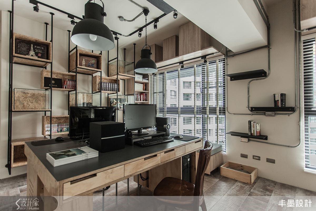 工作桌以不對稱設計滿足屋主的陪伴方式,整體由松木合板組成,烘托溫潤沉穩的感覺。