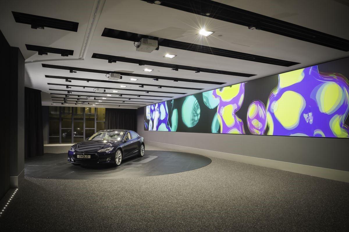 一樓連續牆體以萬花筒的繽紛多彩形式投影,帶出酒店時尚藝術的精神。