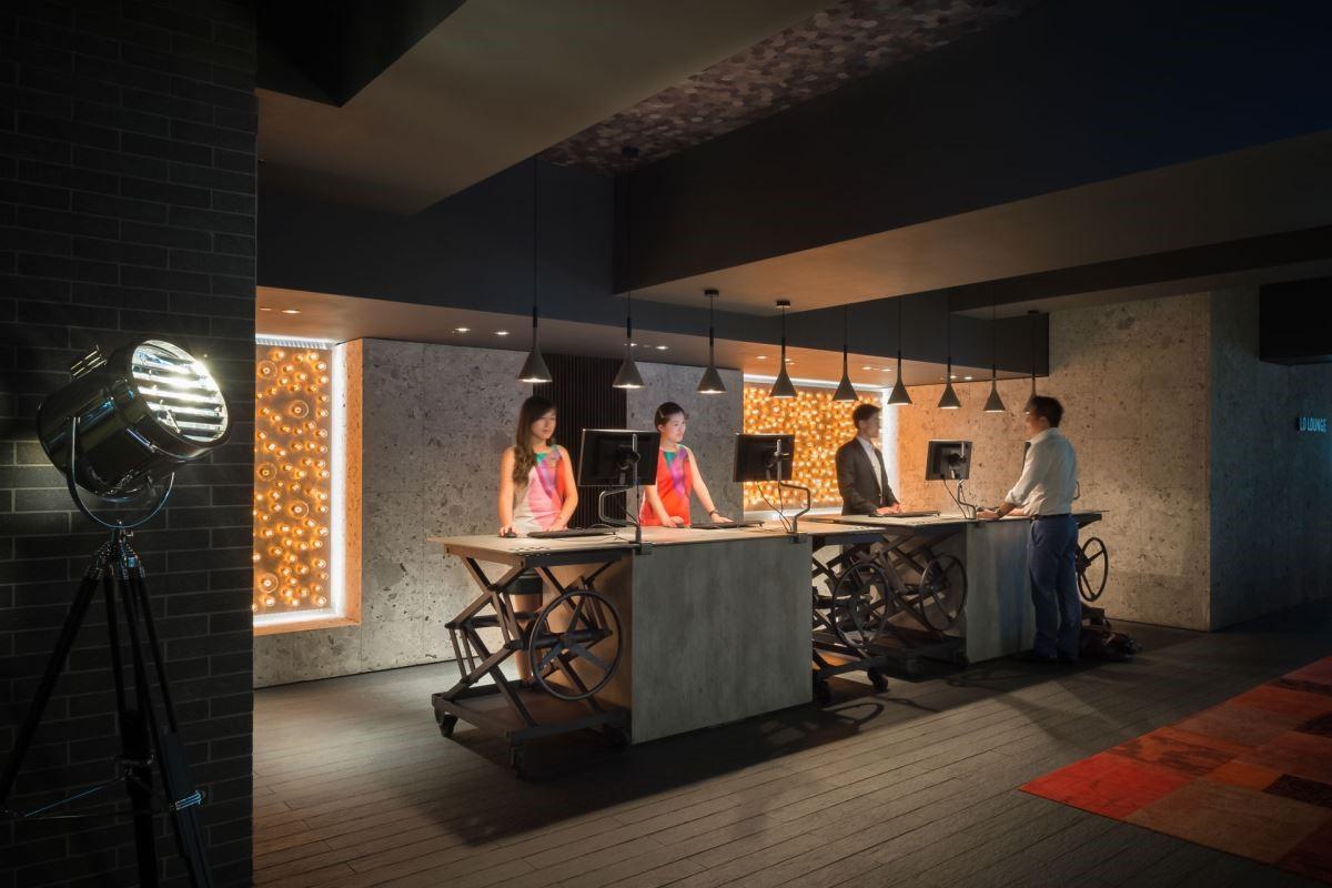 Check in 的中島櫃檯以原始工業鐵件與水泥搭砌而成,佐以工業風燈具妝點,成就具溫度的氛圍。