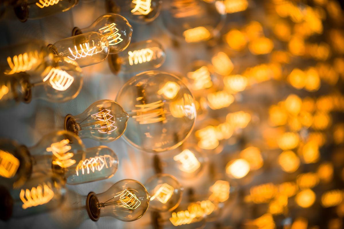 L 樓的 Bar 與撞球桌是旅人休閒娛樂的場域,酒吧裝置藝術主牆以大小造型不同的鎢絲燈泡組成,是酒店藝術裝置的其一特色。