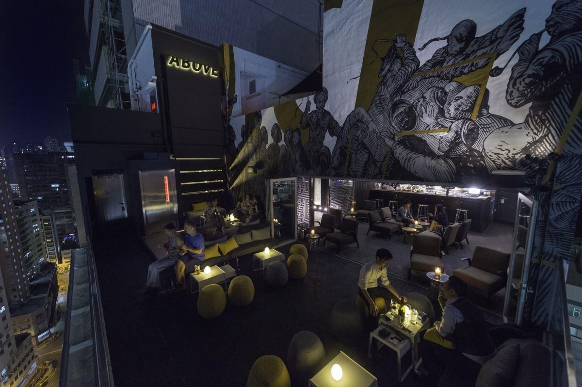 電梯出來是進入 Above Bar 的小曲道,藝術家以漫畫表現歷史故事,室內外無隔閡的串起白天與夜晚不同氛圍的場景。