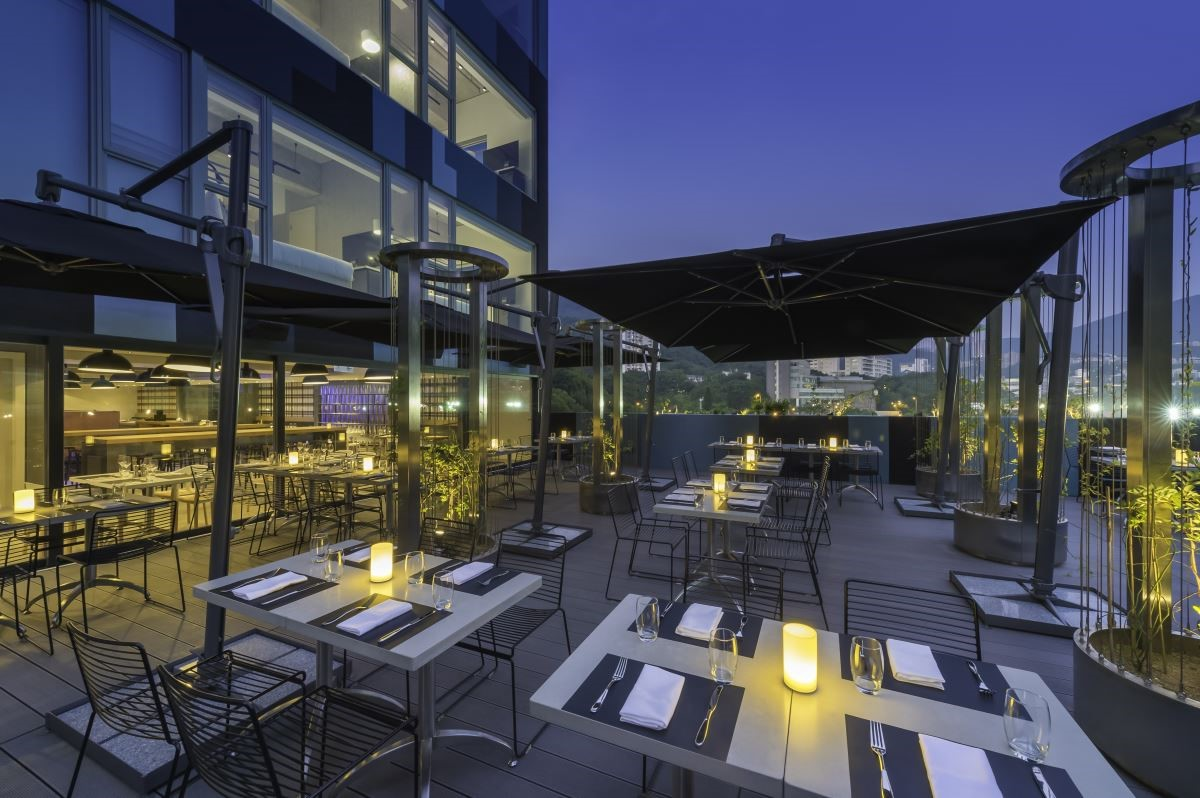 除了酒吧有著室內、外自然的連結,在CIRQLE餐廳亦是這樣的空間規劃,具悠閒隨興的家具桌椅與普普藝術牆的結合,營造出放鬆愜意的用餐環境。