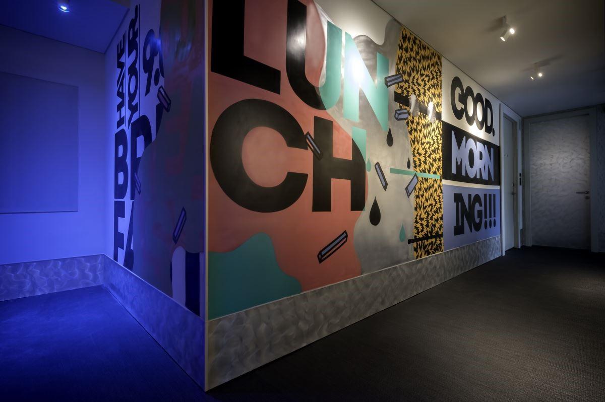 每個樓層都有不同的設計,一個轉彎迎來的整片塗鴉牆又是另一個驚喜,連結保留著金屬打磨筆觸的房門,Ovolo-Southside 的走廊完美表現工業風格與藝術創意的結合。