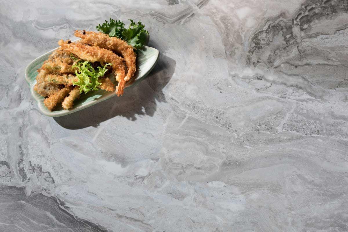 【 408 安格拉白Paladina】-淡灰底搭配自然的白色紋路,以不規則紋理,揮灑出暈染的層次感,彷彿取材大自然的律動,營造出平和、舒適氛圍的生活情調。