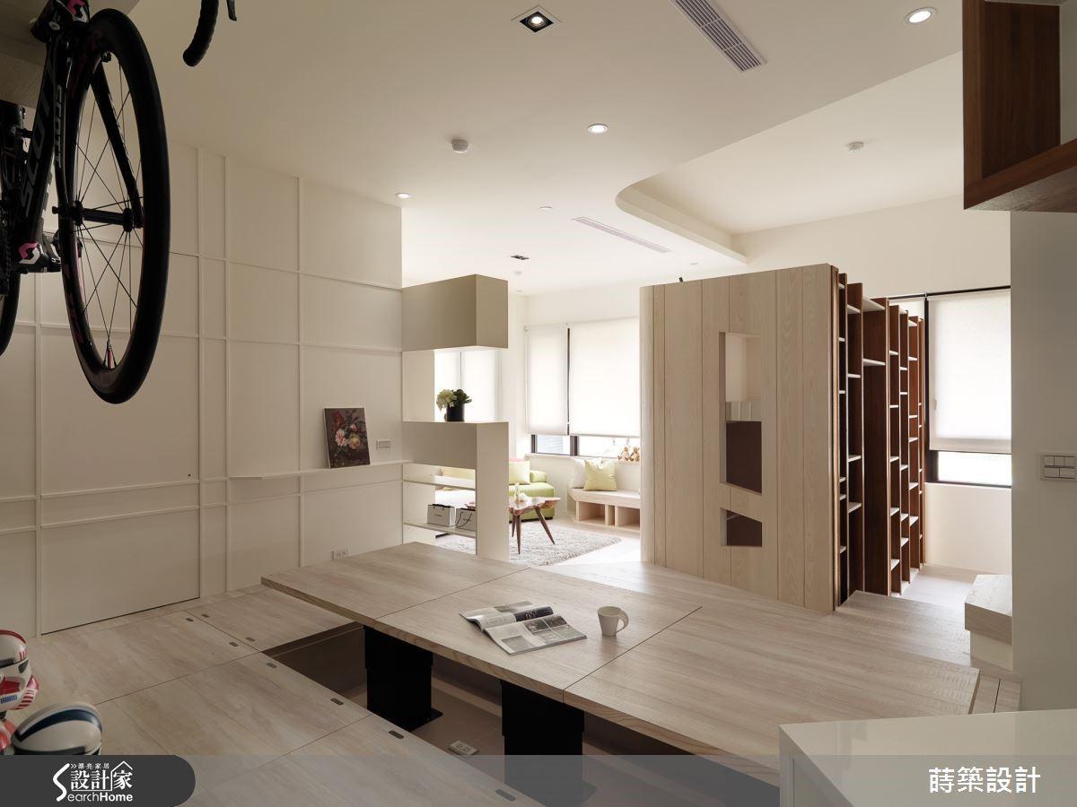 設計師打破常理,為公領域納入立體書房與電動升降桌,顛覆一般想像!