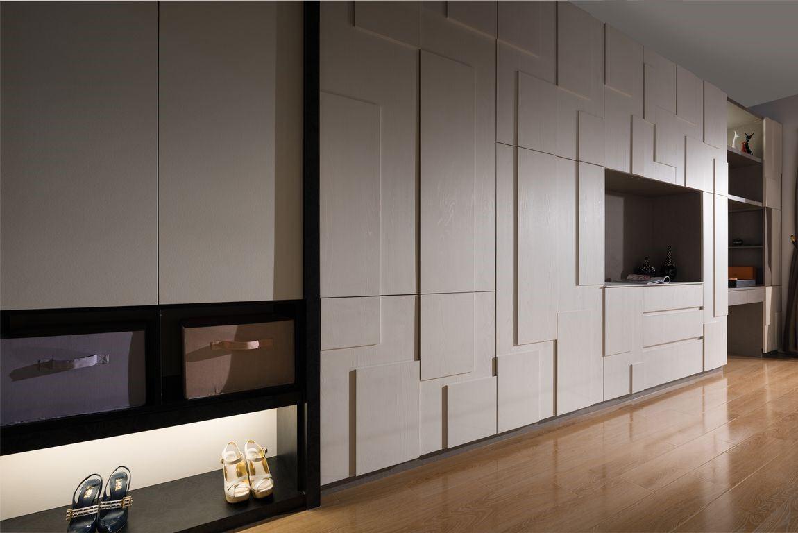 這面電視牆兼衣櫃的多功能牆,巧妙利用系統板材厚薄差異,打造宛如浮雕的端景。