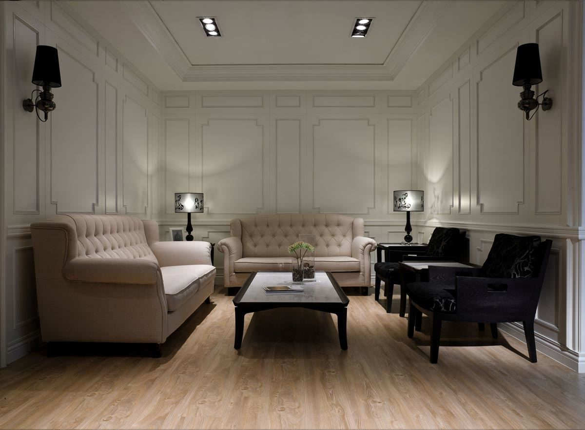 訂製線條柔美的線板,搭配復古壁燈與釘扣沙發,完美呈現優雅的新古典風情。