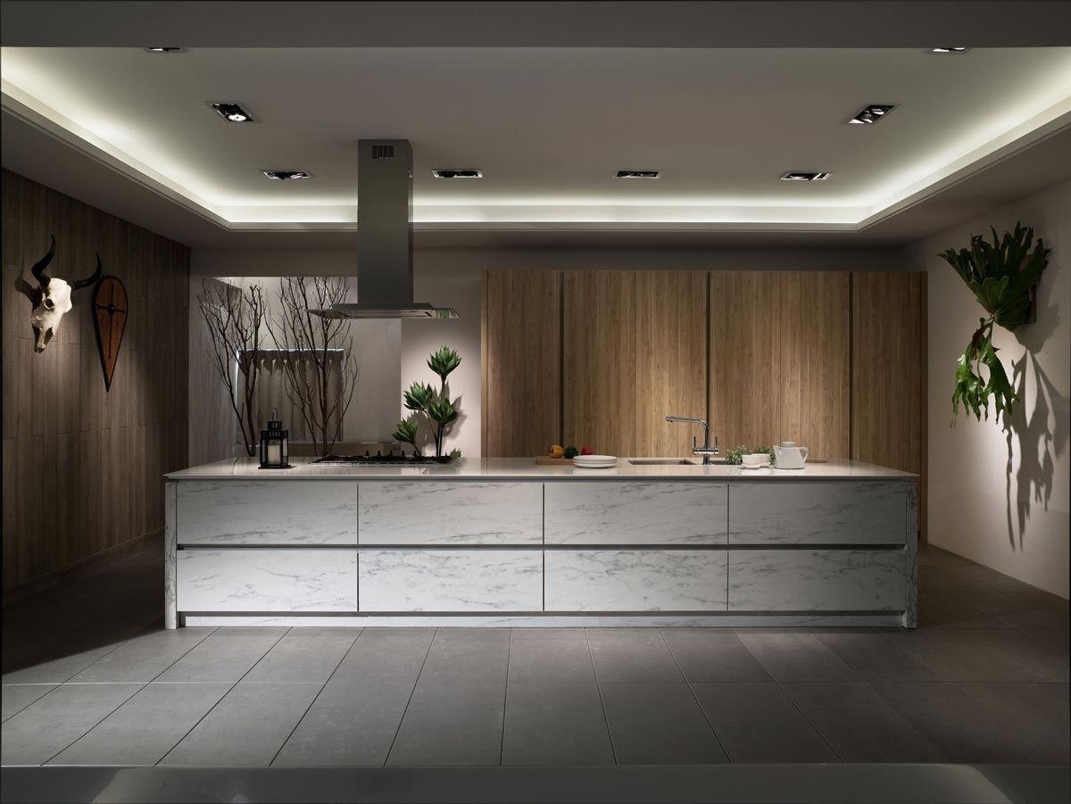 以「大理石紋」板材構築中島櫃,其耐濕、抗磨的特性相當適合廚房使用。