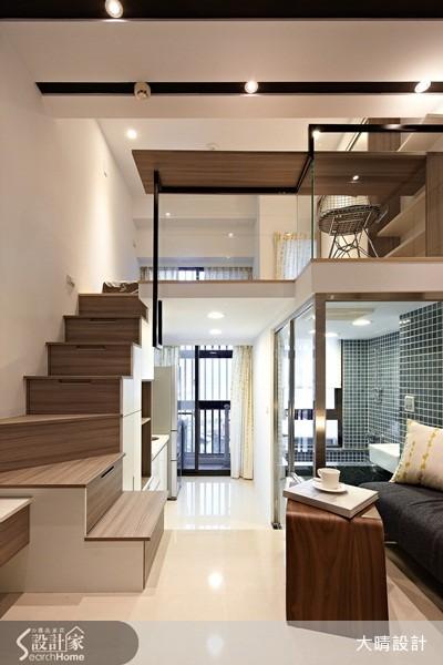 利用系統板材事先預作抽屜,再嵌入樓梯中,達成完美的收納效果。