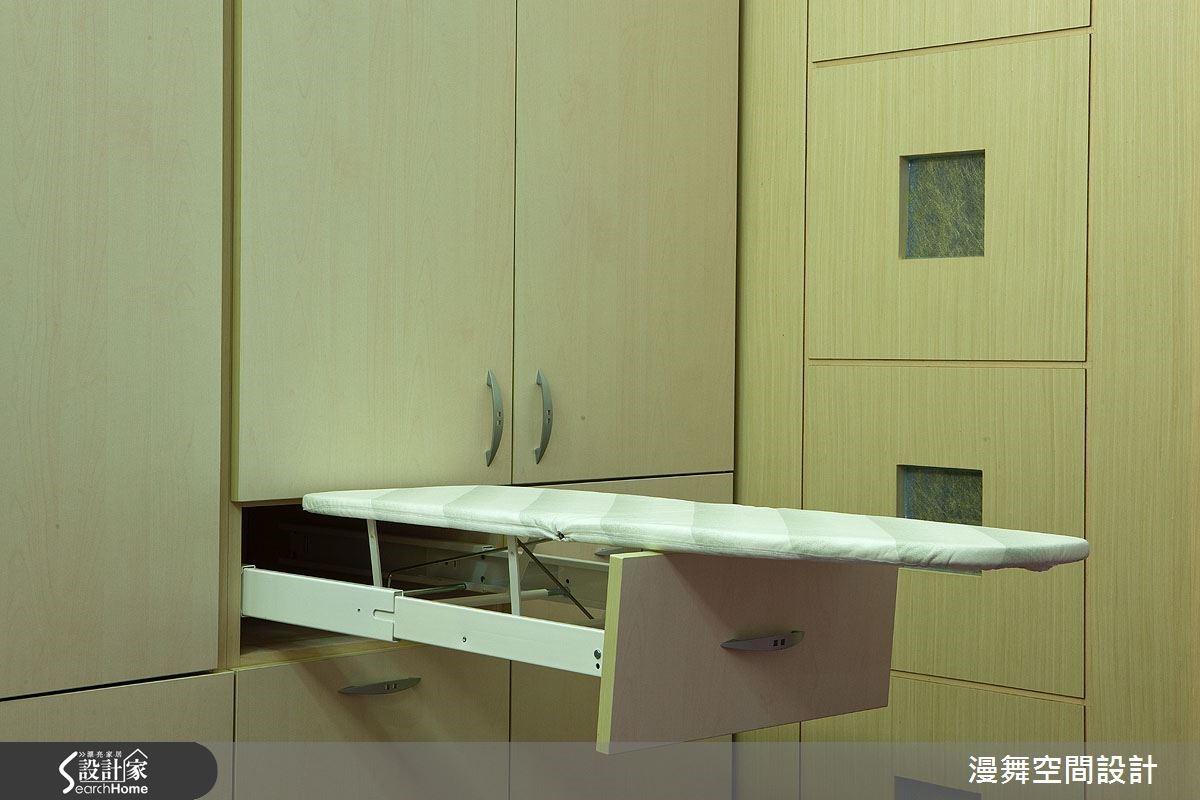 想不到隱藏式燙衣板也能與系統櫃結合吧!只要了解屋主需求並搭配相合五金,就能創造專屬設計!