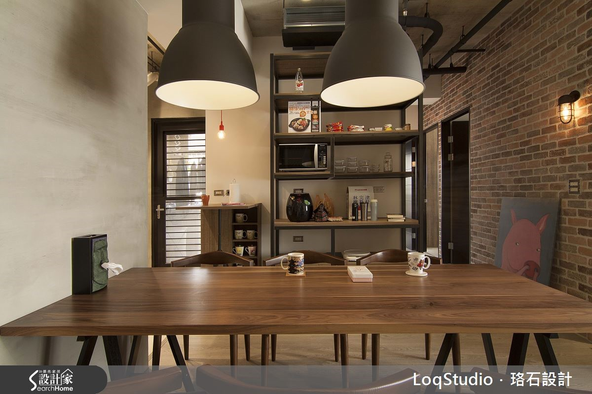 將板材結合鐵件,讓粗獷不造作的 Loft 風格蔓延至收納層架與輕質吧台。