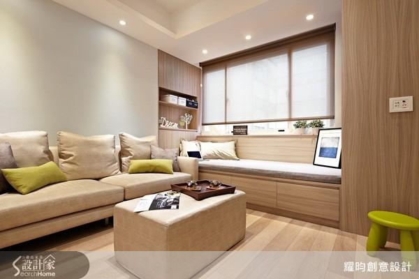 將立面的收納櫃垂直向平面延伸,成為兼具收納機能的臥榻,更成為延攬光感的所在。