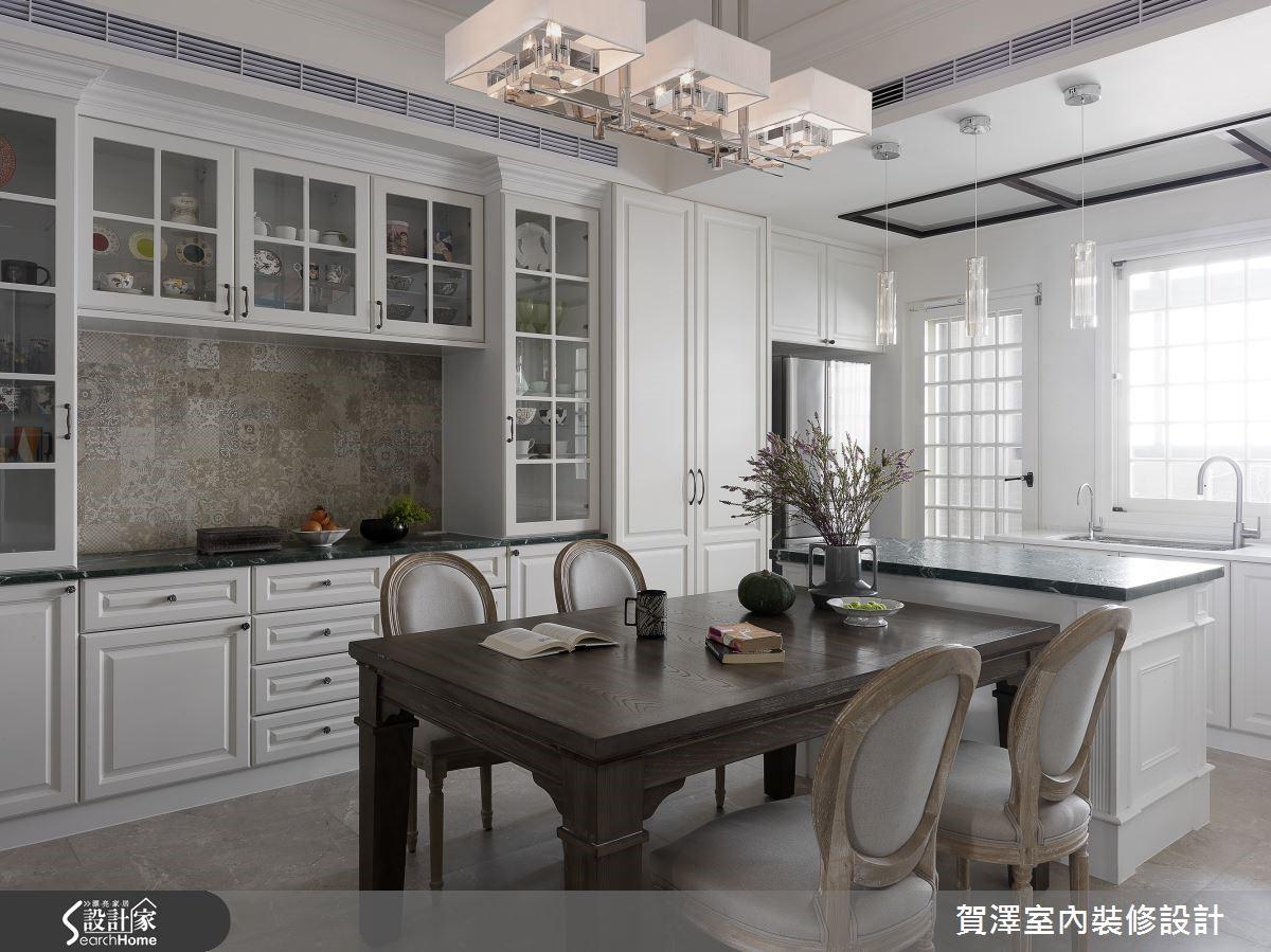 美式風格中常見的線板櫃體,純白系統櫃裝設玻璃門片,兼具收納與展示功能。