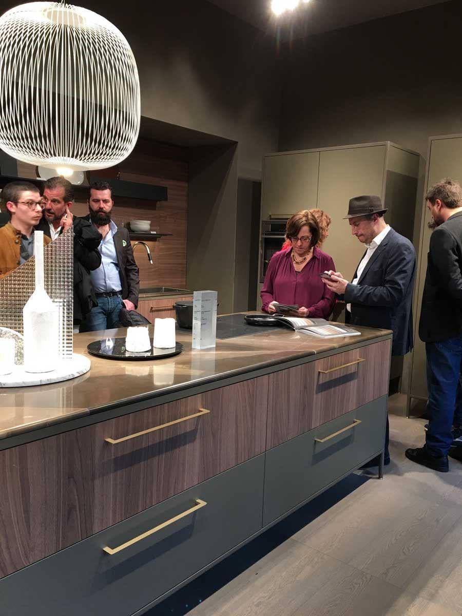 在今年米蘭展中,可見各家廠商將玫瑰金的時尚色彩運用於廚具設計中。圖片提供_樺品國際