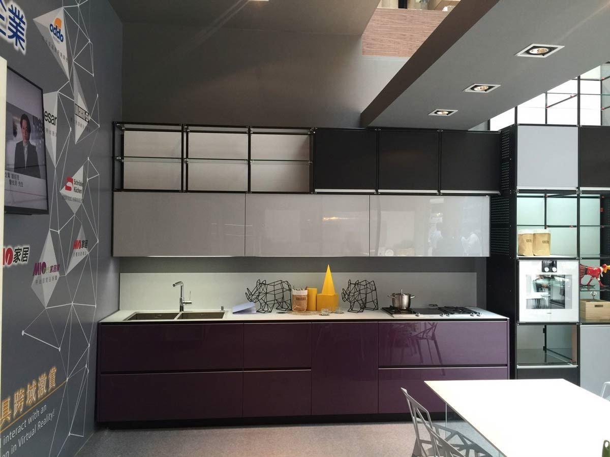 在《 2016 台灣室內設計․材料大展》中,雅登廚飾集團呼應米蘭展趨勢,秀出帶有工業風語彙的收納、展示櫥櫃。